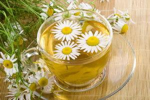 Отвар из чая с ромашкой
