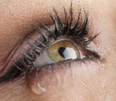Слезы из-за неправильного использования контактных линз