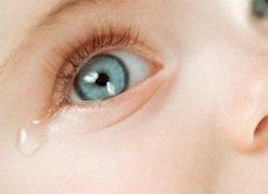 Слезится глазик у ребенка