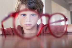 Ребенок смотрит сквозь очки