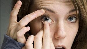 Посмотрите вверх при снятии контактной линзы