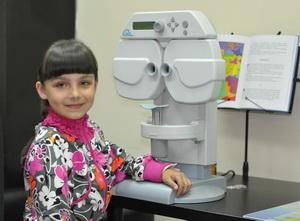 Девочка перед проверкой зрения