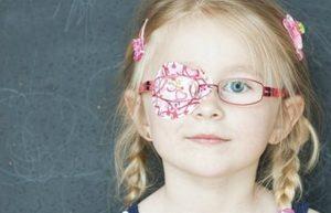 Девочка в очках с повязкой
