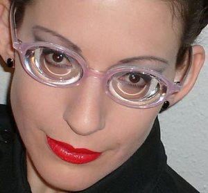 Девушка в толстых очках