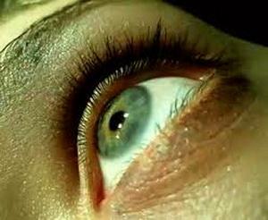 Глаз смотрит вверх