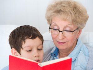 Читают книгу, дальнозоркость