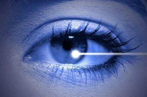 Луч лазера светит в глаз