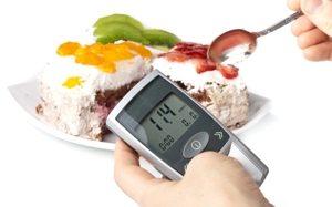 Торт и измеритель сахара в крови