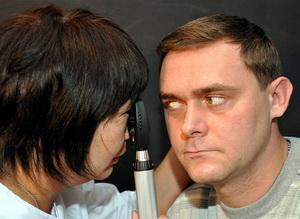 Доктор осматривает глаз
