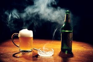 Пиво и пепельница с сигаретой