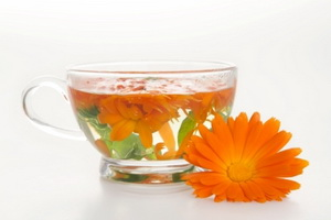 Чашка с цветами календулы