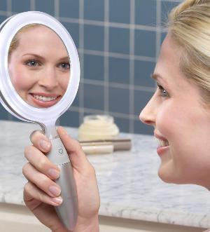 Улыбается в зеркало